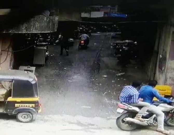 बॅंकेपासून घरापर्यंत हे युवक व्यापाऱ्याचा पाठलग करत होते. व्यापारी आपली स्कुटर कधी पार्क करतो याची ते वाटत होते. - Divya Marathi