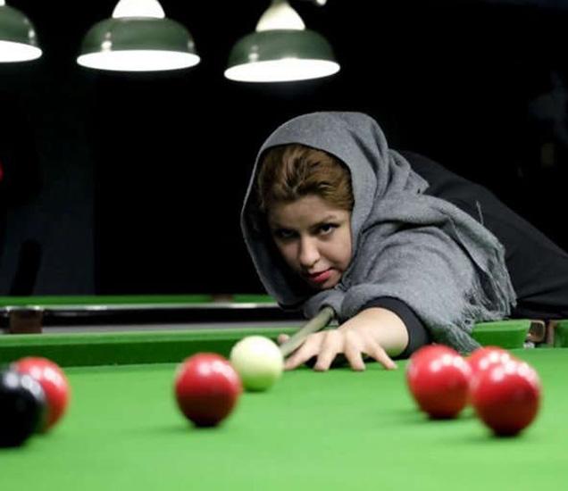 एका क्लबमध्ये स्नूकर खेळताना इराणी महिला... - Divya Marathi