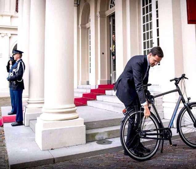 हे आहेत नेतरलॅन्डचे पंतप्रधान मार्क रूट. आपले नवे सरकार स्थापन झाल्याची माहिती राजाला देण्यासाठी ते सायकलवरून राजमहलकडे गेले होते. - Divya Marathi