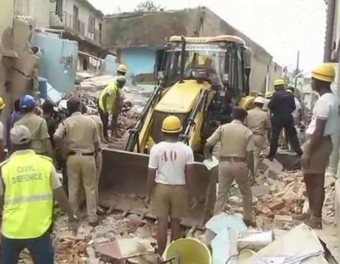गॅस सिलिंडरच्या स्फोटाने बिल्डिंग पडल्याचे सांगितले जात आहे. - Divya Marathi