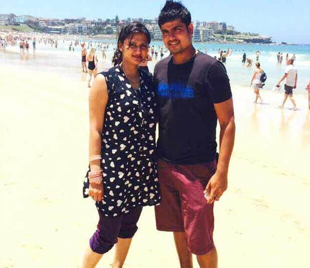 पत्नी निधी सोबत क्रिकेटर कर्ण शर्मा - Divya Marathi