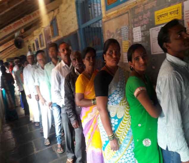 मतदान केंद्रावर सकाळपासून गर्दी दिसत आहे. - Divya Marathi
