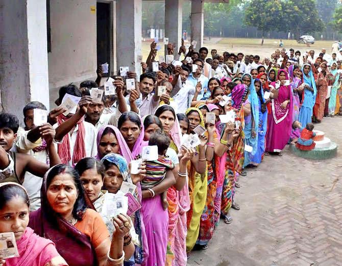 भारतामध्ये सात दशकांपासून लोकशाही आहे. - Divya Marathi