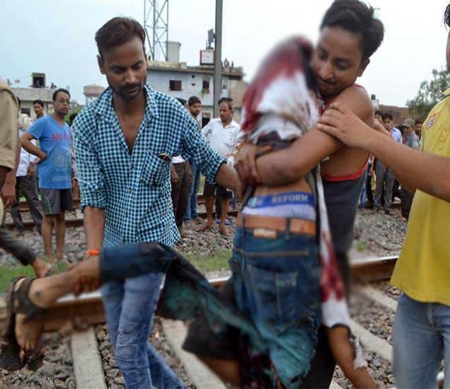 रेल्वे येत असल्याचे पाहून भावानेच भावाचा मृतदेह असा पटरीवरून उचलून बाजूला केला. - Divya Marathi