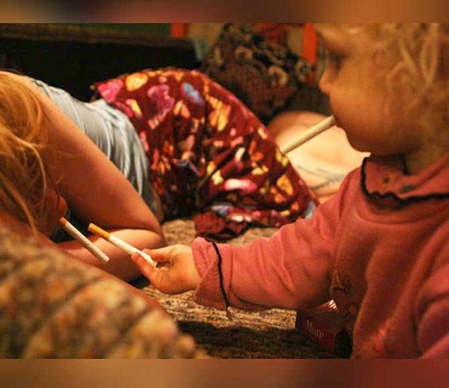 आईबापाला व्यसन असल्यावर चिमुकल्यांची लाइफ अशी असते. - Divya Marathi