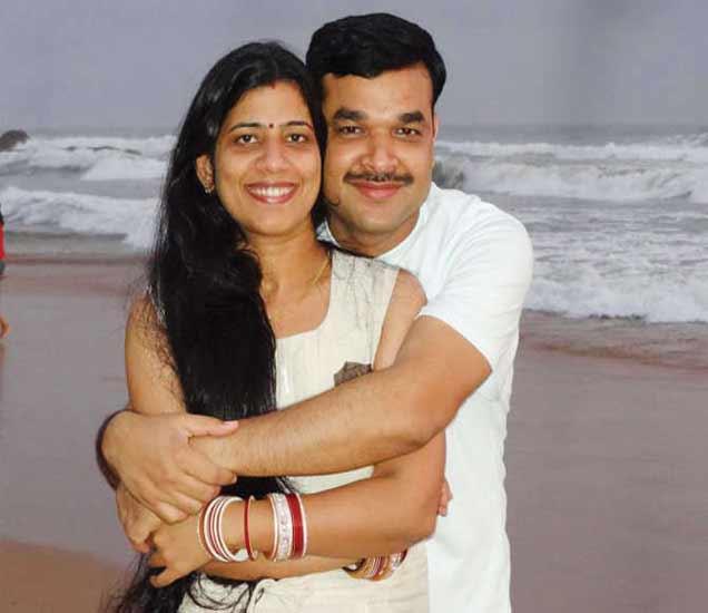 आरती शुक्ला पांडेय आणि त्यांचे पती अंबुज शुक्ला. - Divya Marathi