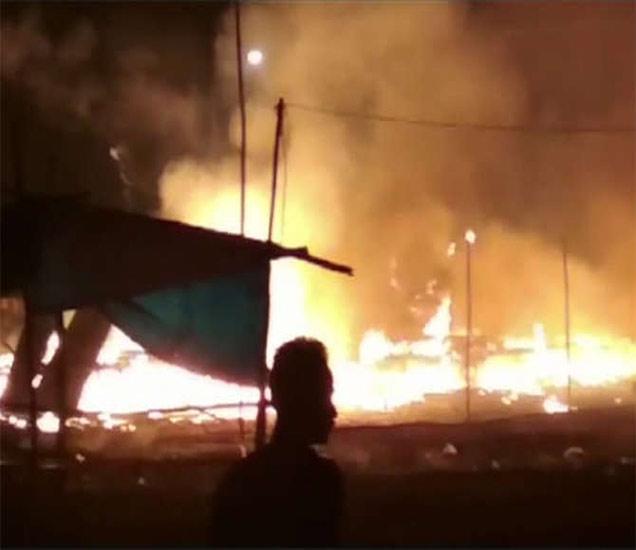 आग लागल्याने 50 दुकाने जळून भस्मसात झाली. यात 1 जणाचा मृत्यू झाल्याचे वृत्त आहे. - Divya Marathi