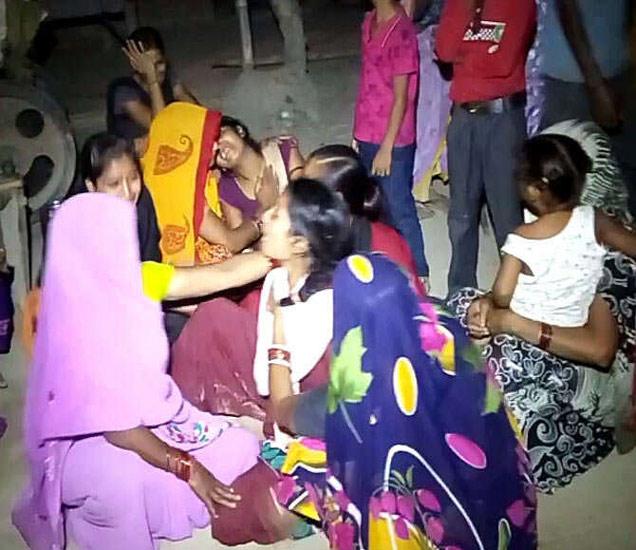 मृत सोनमची आई धायमोकलून रडत होती. - Divya Marathi