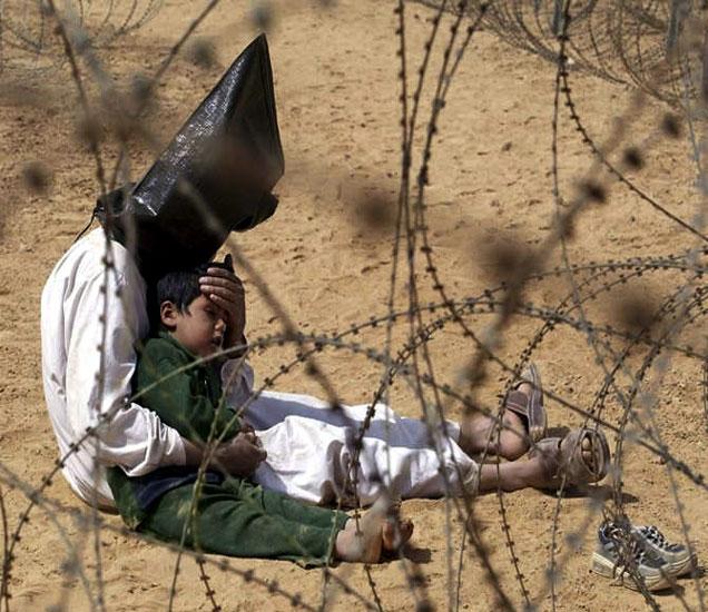हा 2003चा इराकी कैद्याचा फोटो आहे, ज्याला मृत्युदंड देण्यात आला. - Divya Marathi