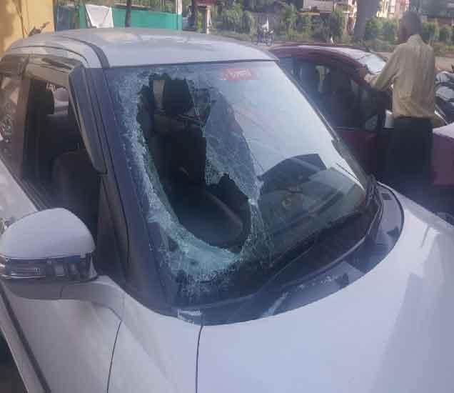 डॉ. वाजे यांच्या घरासमोर पार्क केलेल्या कारच्या काचा अज्ञात व्यक्तींना फोडल्या. - Divya Marathi