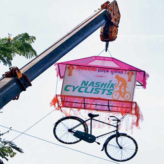 तात्मा कान्हेरे मैदानालगत सिग्नलवरील भव्य सायकल आकाशकंदील लक्षवेधी ठरतोय. - Divya Marathi