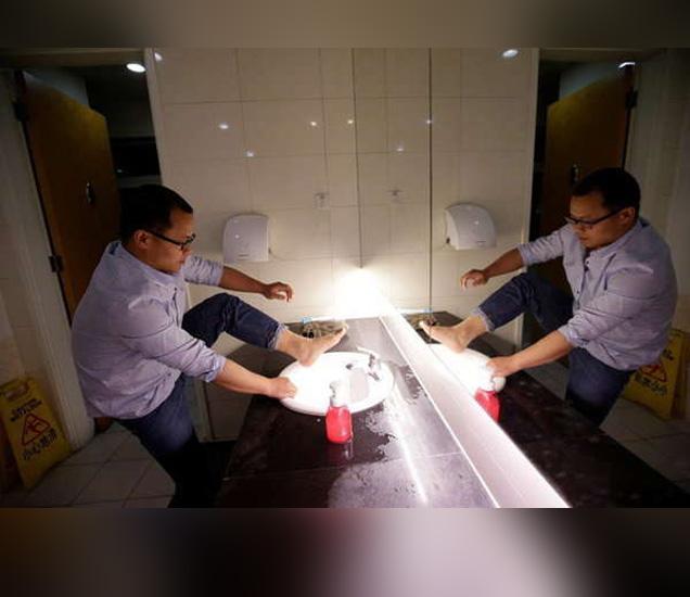 एका एचआर कंपनीचे कर्मचारी लिऊ पहाटे तीन वाजेपर्यंत काम करतो आणि सकाळी 8 वाजता उठतो. त्यानंतर बाथरुमध्येच आंघोळ करतो. - Divya Marathi