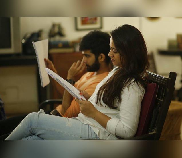 नव्या चित्रपटाच्या चित्रकरणादरम्यान स्पृहा - Divya Marathi