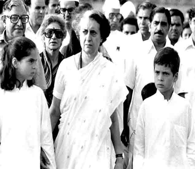 इंदिरा गांधी आपल्या लाडक्या राहुल व प्रियांका या नातवांसोबत... - Divya Marathi