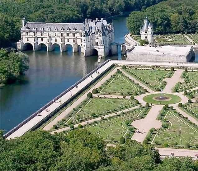 फ्रान्सच्या लॉयरे व्हॅलीमध्ये चेर नदीच्या पुलावर बांधण्यात आलेला 'चेनेसो राजवाडा' प्रेक्षणीय स्थळासाठी प्रसिद्ध आहे. - Divya Marathi