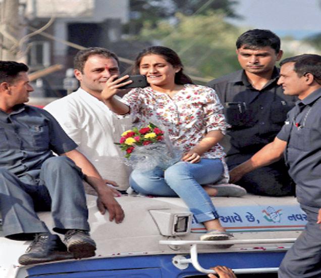 भरुचमधील रोड शोदरम्यान एका तरुणीने राहुल यांना भेटण्यासाठी चक्क त्यांच्या वाहनावर ठिय्या दिला होता. अखेर राहुल तिला भेटले. मग हस्तांदोलन आणि सेल्फी झाला. त्यानंतर राहुल व सुरक्षा रक्षकांनी तिला हाताला धरून वाहनावरून खाली उतरवले. - Divya Marathi