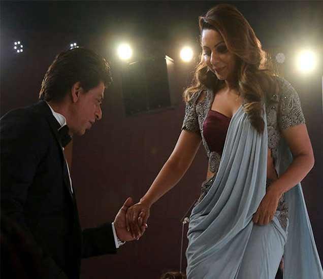 शाहरुख पत्नी गौरी खानसोबत. - Divya Marathi