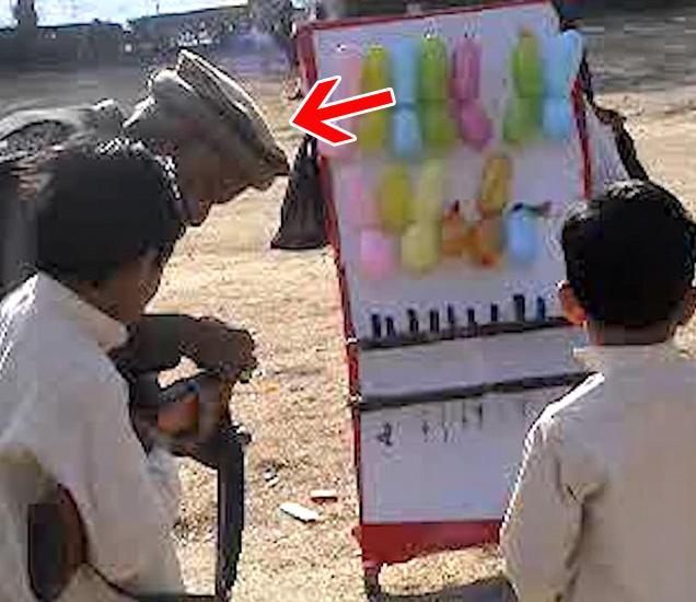 आपल्या घरातील अंगणात मुलांना टार्गेट प्रॅक्टिस शिकवताना... - Divya Marathi