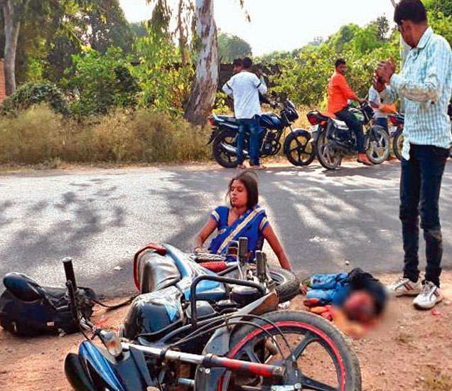 अपघातानंतर असे दृश्य होते. जखमी आई, मृत मुले, बाजूला उभा असलेला मामा. - Divya Marathi