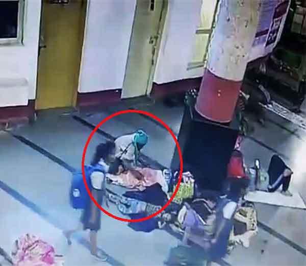 रेल्वे स्टेशनवर झोपलेल्या चिमुकलीला असे नेले पळवून. (लाल वर्तूळात अपहरण करणारा व्यक्ती) - Divya Marathi