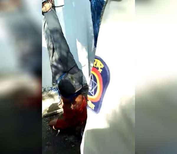 पोलिसांच्या समोर उलटे टांगून मारहाण करताना लोक... - Divya Marathi