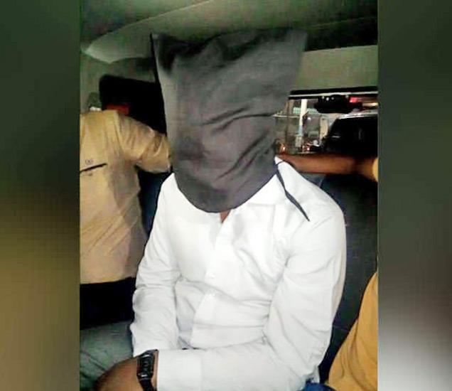 अटक करण्यात आलेला दहशतवादी. - Divya Marathi