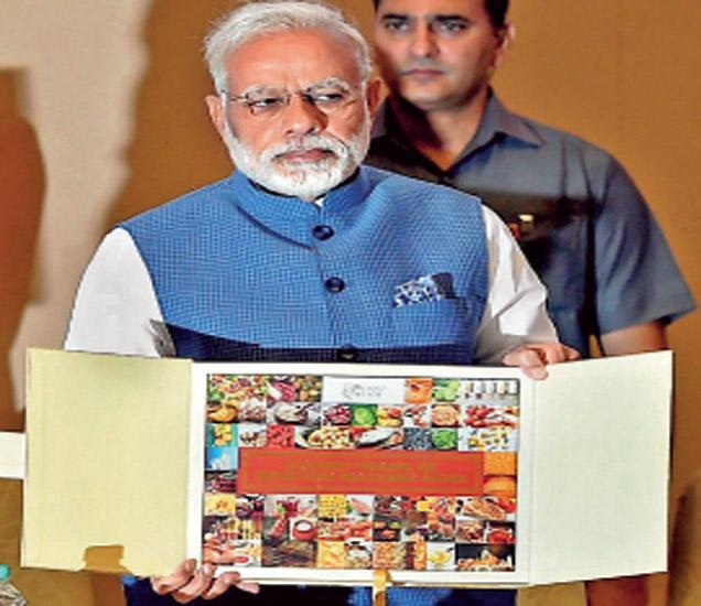 पंतप्रधान मोदी यांच्या हस्ते 'कॉफीटेबल' बुकचे प्रकाशन करण्यात आले. - Divya Marathi