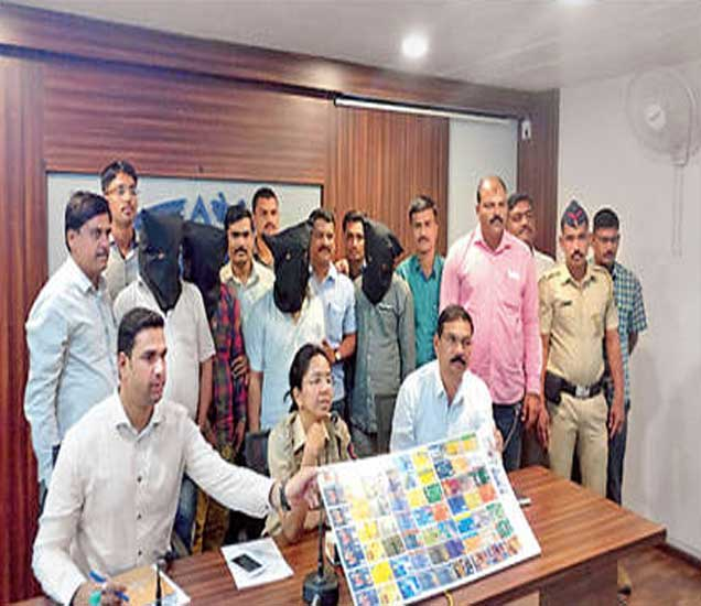 देशभरातील शंभरपेक्षा अधिक लोकांना लुबाडणा-याकडून जप्त केलेले एटीएम कार्ड दाखवताना पोलिस अधिकारी. - Divya Marathi