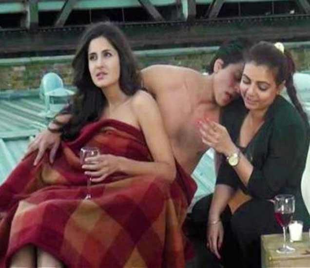 \'जब तक है जान\'(2012)चे रोमँटिक गाणे शूट करताना शाहरुख खान. सोबत कतरिना कैफ आणि कोरिओग्राफर वैभवी मर्चंट. - Divya Marathi