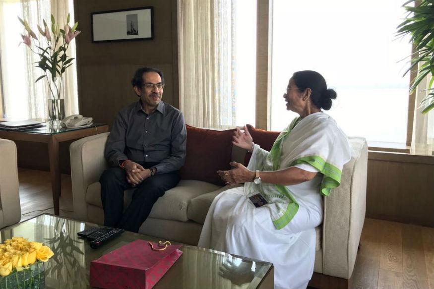उद्धव ठाकरे यांनी ममता बॅनर्जी यांच्या भेटीचे जोरदार समर्थन केले आहे. - Divya Marathi