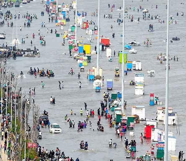 चेन्नईत मागील आठ दिवसापासून पावसाचा कहर सुरू असून तेथे अशी स्थिती झाली आहे. - Divya Marathi