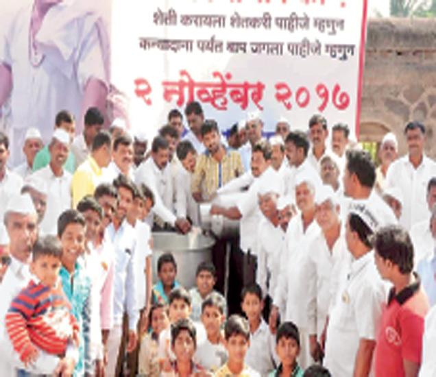 कानगाव (ता. दाैंड) येथे शुक्रवारपासून शेतकरी संपाला सुरुवात झाली. - Divya Marathi