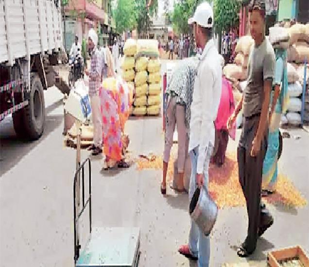 लातूर येथील कृषी उत्पन्न बाजार समितीत शेतकऱ्यांची मोठी वर्दळ असते. - Divya Marathi