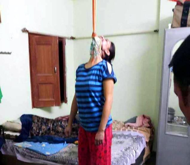 हर्षिलाचा मृतदेह असा खोलीत लटकलेला होता. - Divya Marathi