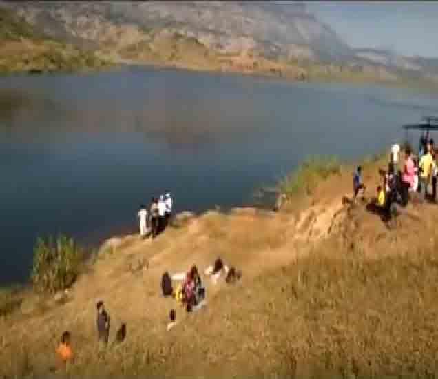 याच धरणात युवक बुडाले आहेत. - Divya Marathi
