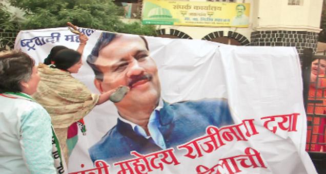 जळगावात मंत्री गिरीश महाजन यांच्या प्रतिमेला 'जाेडे माराे' अांदाेलन करण्यात अाले. - Divya Marathi