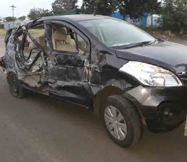 अपघातग्रस्त कार. - Divya Marathi