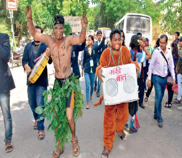 युवक महोत्सवाच्या उद्घाटनप्रसंगी काढण्यात आलेल्या शोभायात्रेत विद्यार्थ्यांनी  विविध कलाप्रकारांचे सादरीकरण केले.  दुसऱ्या युवकाच्या हातातील मंकी बात हे फलक लक्ष वेधून घेत होते.  छाया : योगेश गौतम - Divya Marathi