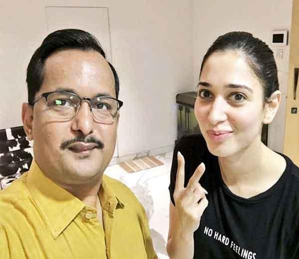 हिंदी टीचर विनय शुक्ला आपली स्टूडंट अॅक्ट्रेस तमन्ना भाटियासोबत... - Divya Marathi