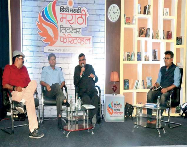 'फेक न्यूज' कार्यक्रमात व्यासपीठावर उपस्थित विराग गुप्ता, रवींद्र आंबेकर, अनुज खरे, मंदार भारदे. - Divya Marathi