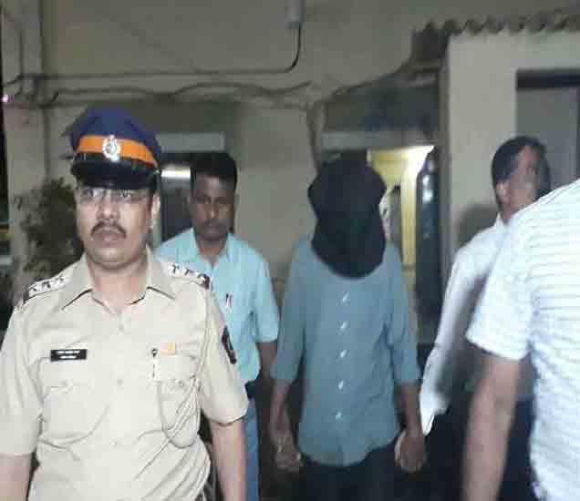 पोलिसांनी आरोपीला चिमुकल्याच्या घराबाहेरच पकडले. - Divya Marathi
