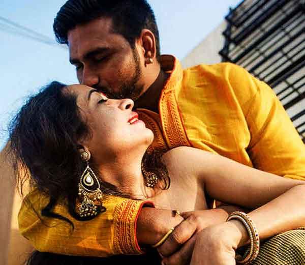 अनु पटनायकने ट्रान्सजेंडर माधुरी सारोडे आणि तिचा पती जय शर्मा यांचे लव्ह मोमेंट्स कॅमे-यात कैद केले आहे. - Divya Marathi