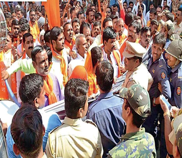 चिखलीकरांच्या राजीनाम्याच्या मागणीसाठी त्यांच्या निवासस्थानाकडे जाणाऱ्या शिवसैनिकांना पोलिसांनी रोखले. - Divya Marathi