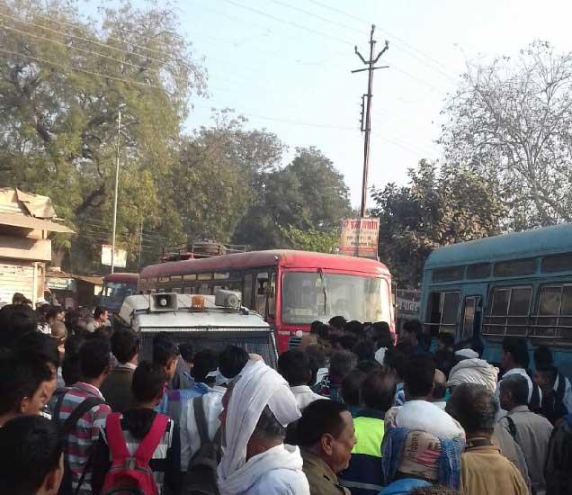 एसटी वाहतूक अचानक बंद झाल्याने प्रवाशांचे हाल झाले. - Divya Marathi