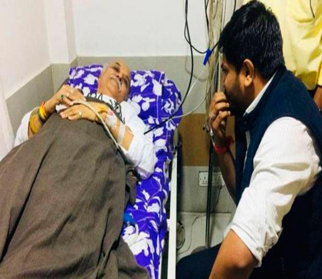 पाटीदार नेता हार्दिक पटेल यांनी मंगळवारी तोगडियांची हॉस्पिटलमध्ये भेट घेतली. - Divya Marathi