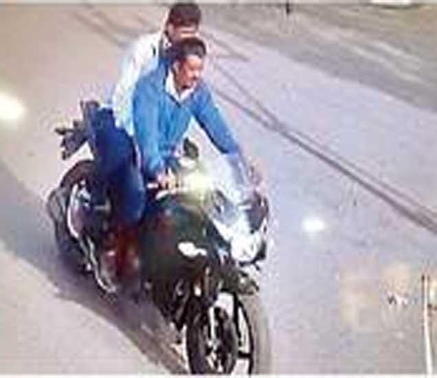 महिलेच्या गळ्यातील गंठण चोरून धूमस्टाइल मोटरसायकलवर फरार झालेले दोन चोरटे सीसी टिव्ही कॅमेऱ्यात कैद झाले होते. - Divya Marathi