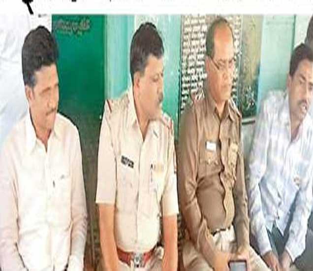 पोलिस व प्रशासकीय अधिकऱ्यांनी गावात जाऊन वाद मिटवला. - Divya Marathi