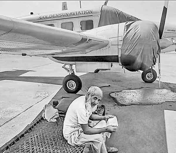 1982: कदाचित हा नजारा परत कधीच दिसणार नाही. या फोटोत एरोप्लेनच्या विंग्सखाली एका बाजेवर बसलेला व्यक्ती विमानाच्या सुरक्षेसाठी बसला आहे. - Divya Marathi