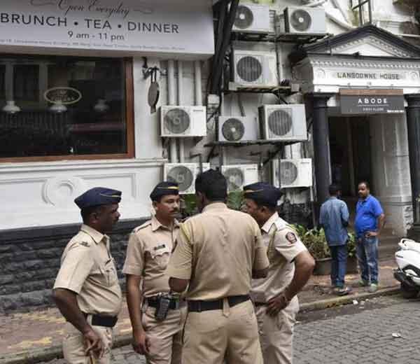 मुंबई पोलिस दलातील कर्मचा-यांना लवकरच केवळ 8 तासांची ड्युटी असणार आहे. - Divya Marathi
