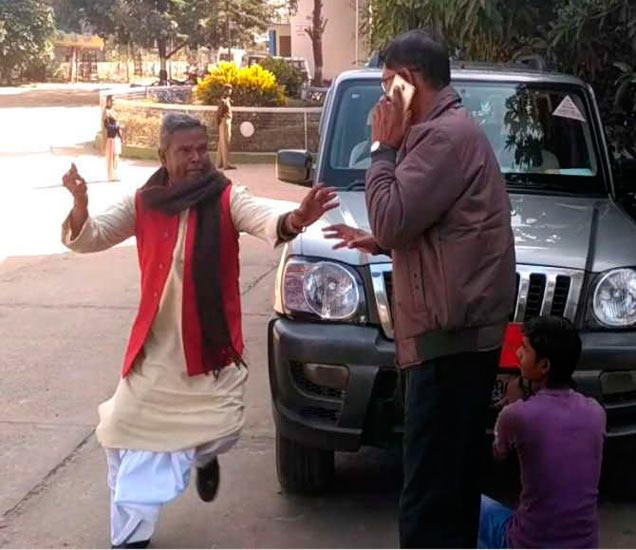 भाजप नेते धावतच आले आणि अधिकाऱ्यावर भिडले. - Divya Marathi
